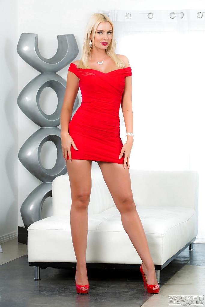 Гламурная блондинка освобождает из платья силиконовые сиськи 1 фото