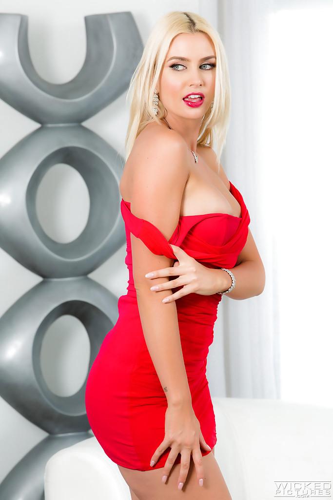 Гламурная блондинка освобождает из платья силиконовые сиськи 2 фото