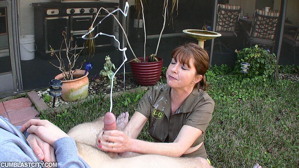 Зрелка вернулась с дежурства, чтобы подрочить член мужу во дворе 4 фото