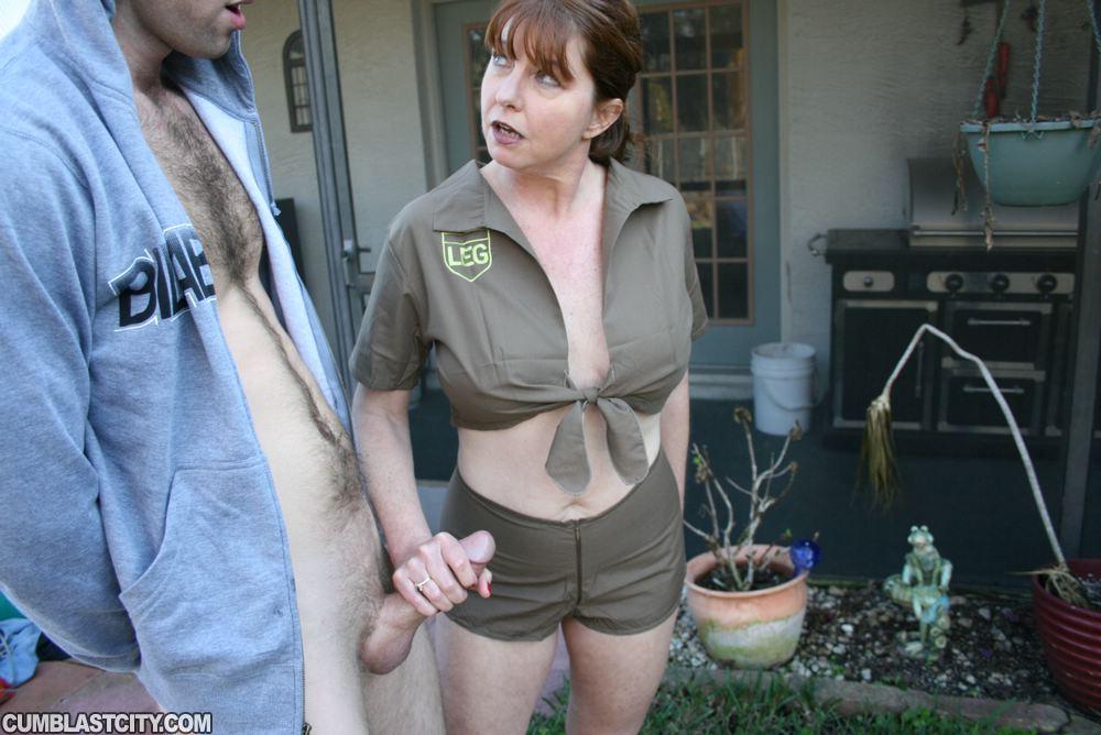 Зрелка вернулась с дежурства, чтобы подрочить член мужу во дворе 11 фото