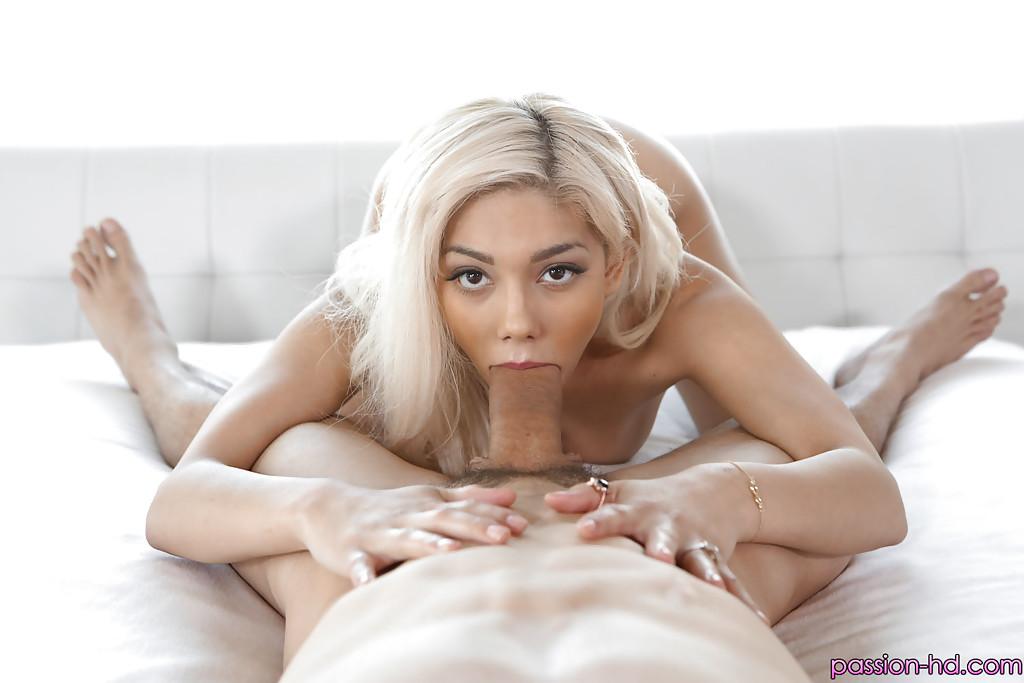 Блондинка смакует член мачо и умывается спермой 1 фото