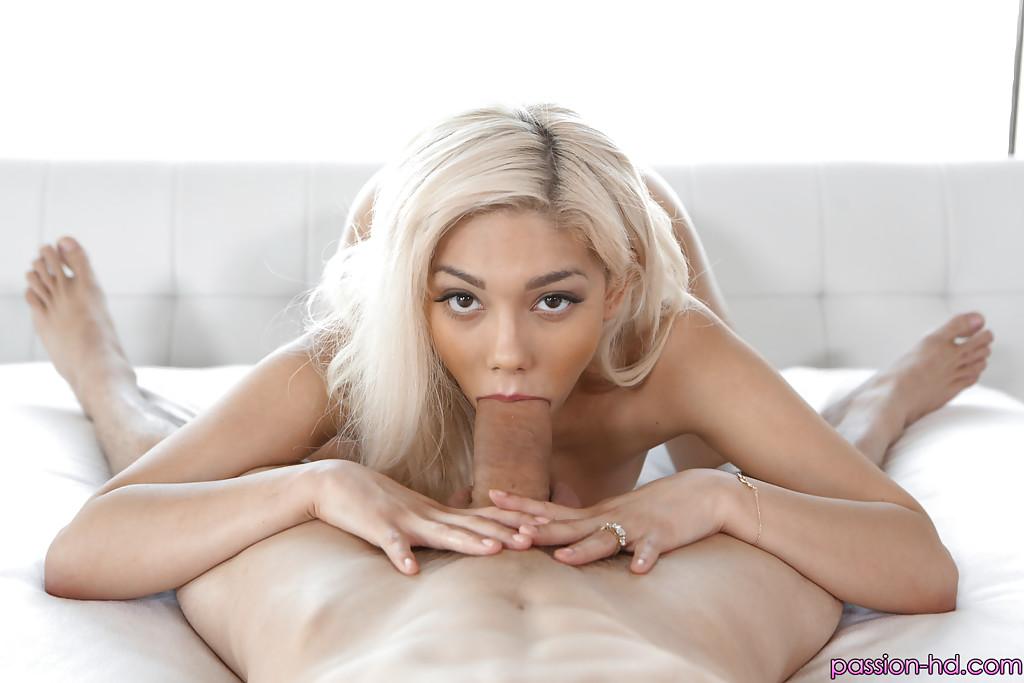 Блондинка смакует член мачо и умывается спермой 3 фото
