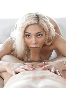 Блондинка смакует член мачо и умывается спермой