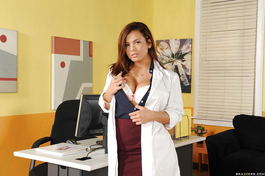 Сиськастая врачиха играет с писькой в кабинете 2 фото