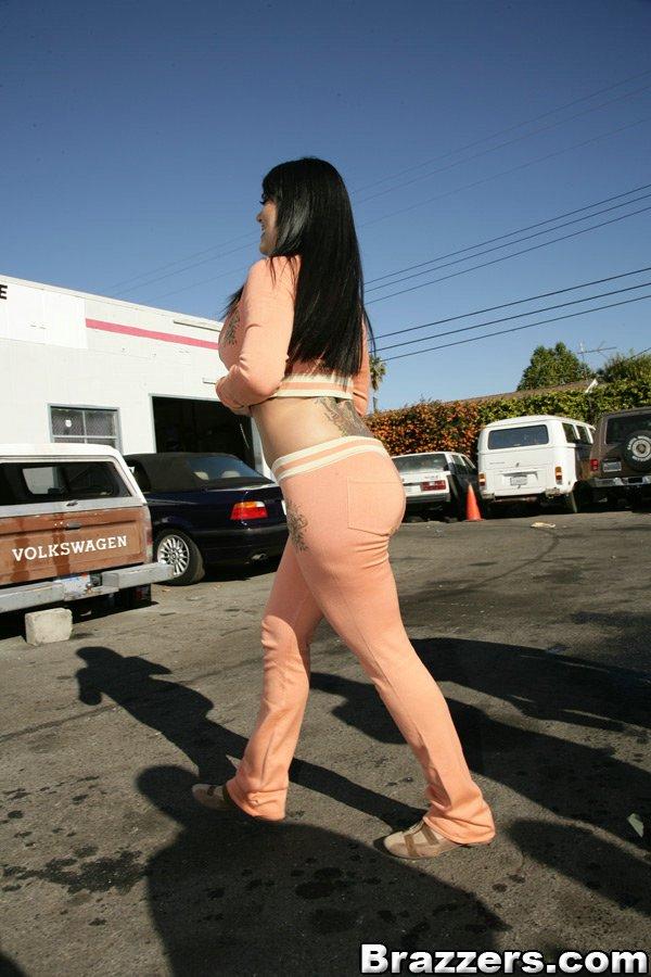 Горячая мамка в спортивном костюме,показывает свою сочную задницу и грудь 1 фото