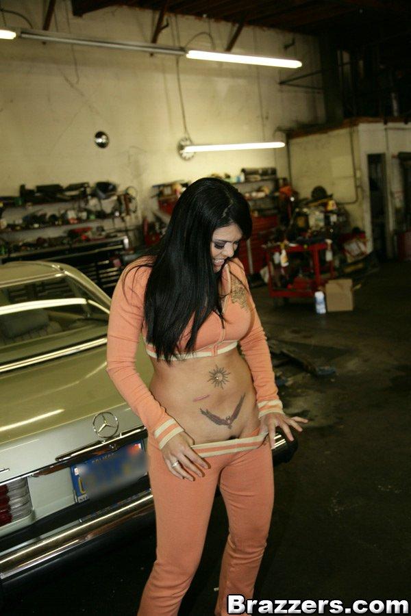 Горячая мамка в спортивном костюме,показывает свою сочную задницу и грудь 4 фото