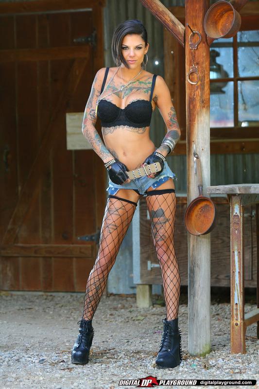 Татуированная стерва приглашает опробовать ее киску 2 фото