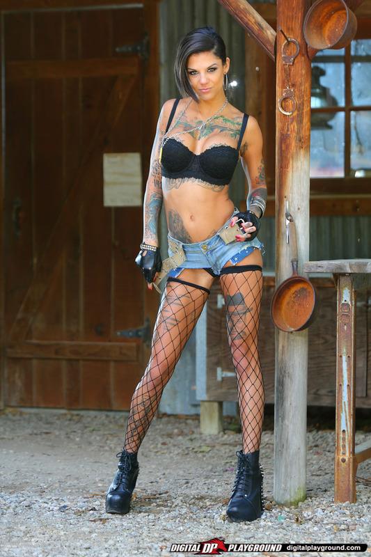 Татуированная стерва приглашает опробовать ее киску 3 фото