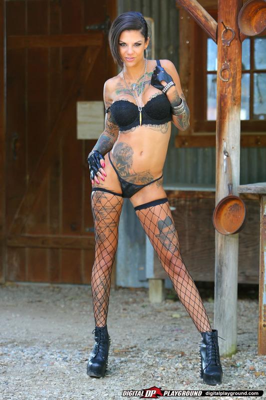 Татуированная стерва приглашает опробовать ее киску 5 фото