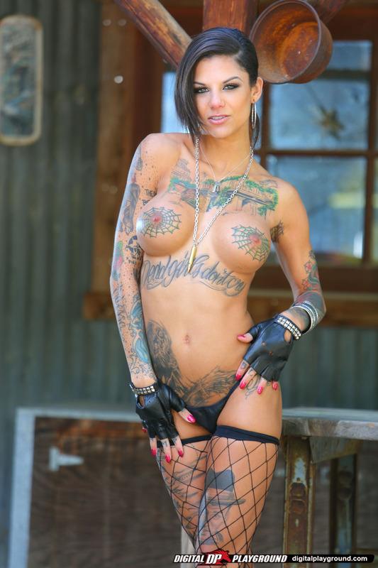 Татуированная стерва приглашает опробовать ее киску 6 фото