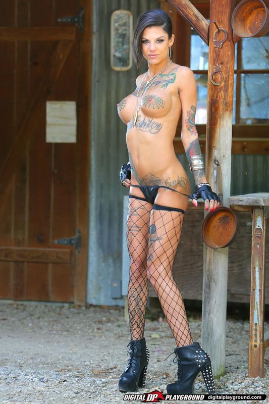 Татуированная стерва приглашает опробовать ее киску 7 фото