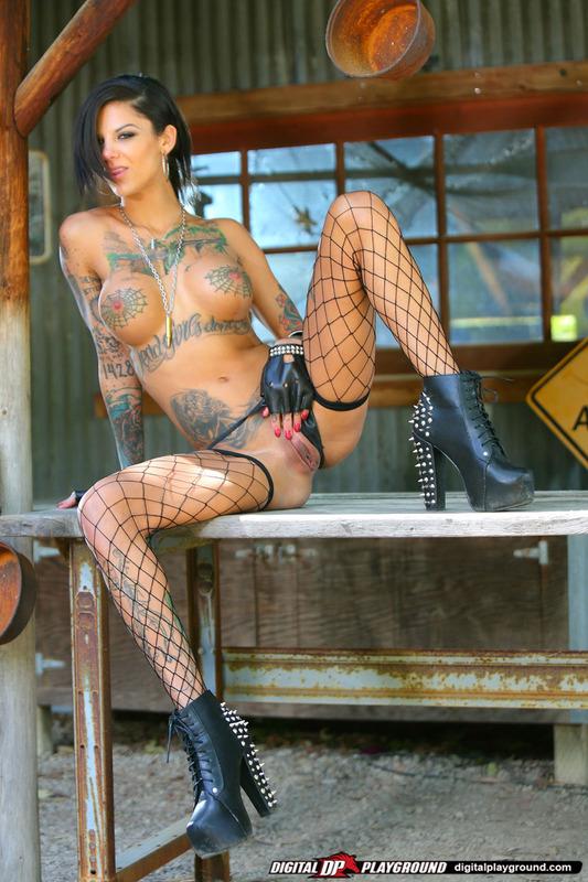 Татуированная стерва приглашает опробовать ее киску 12 фото