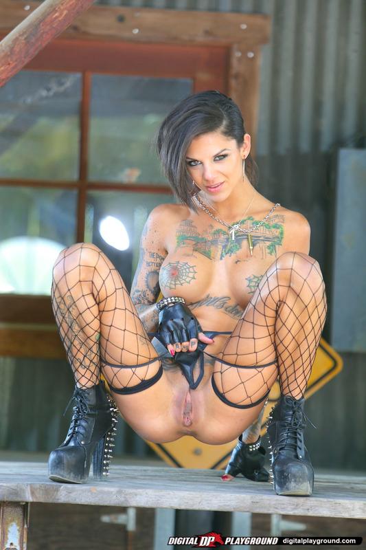 Татуированная стерва приглашает опробовать ее киску 16 фото