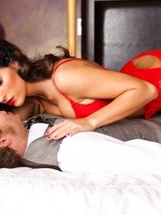 Парень трахает взрослую брюнетку в красном белье в номере отеля