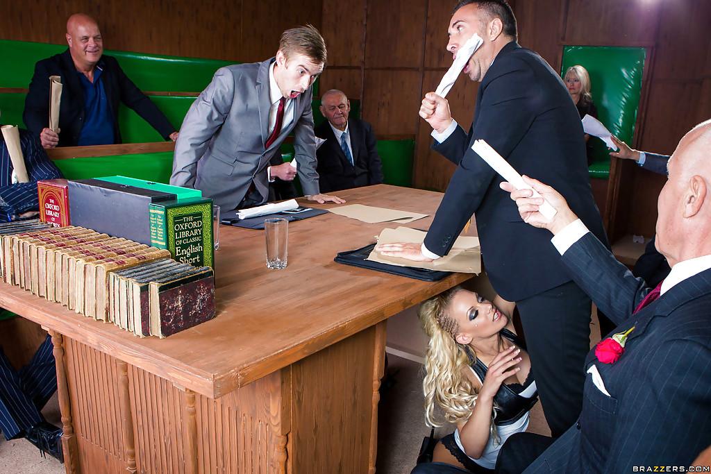 Брюнетка и блондинка ублажают чиновников минетом 3 фото