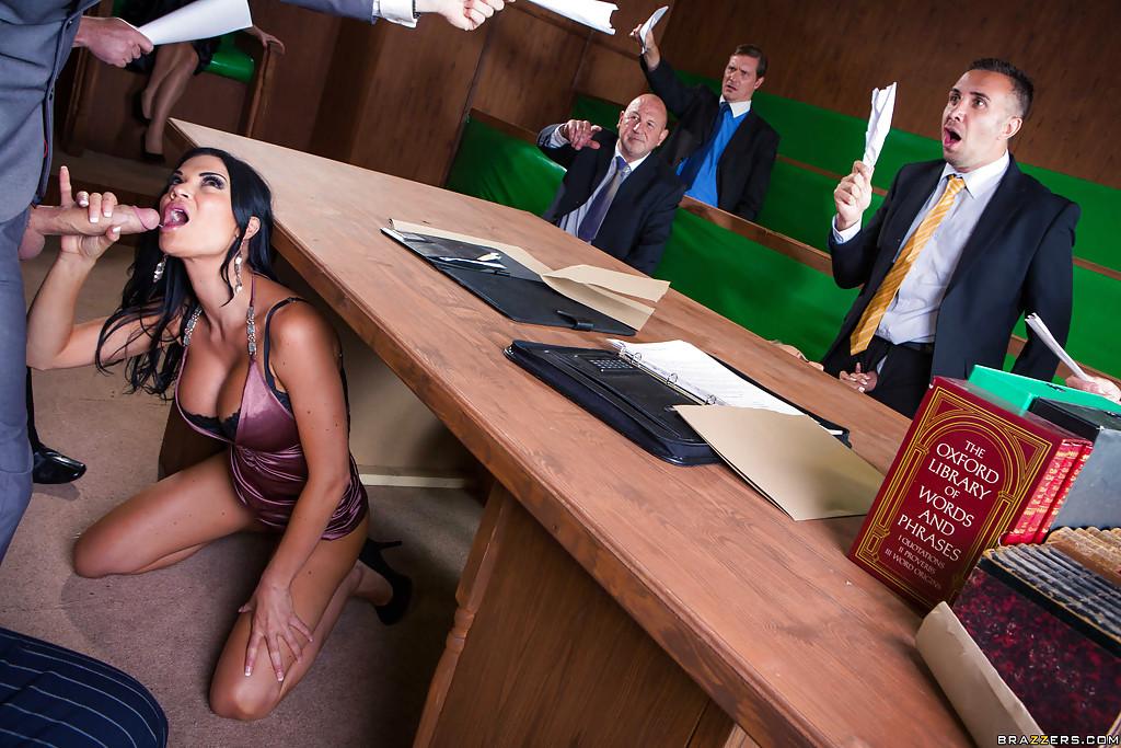 Брюнетка и блондинка ублажают чиновников минетом 4 фото