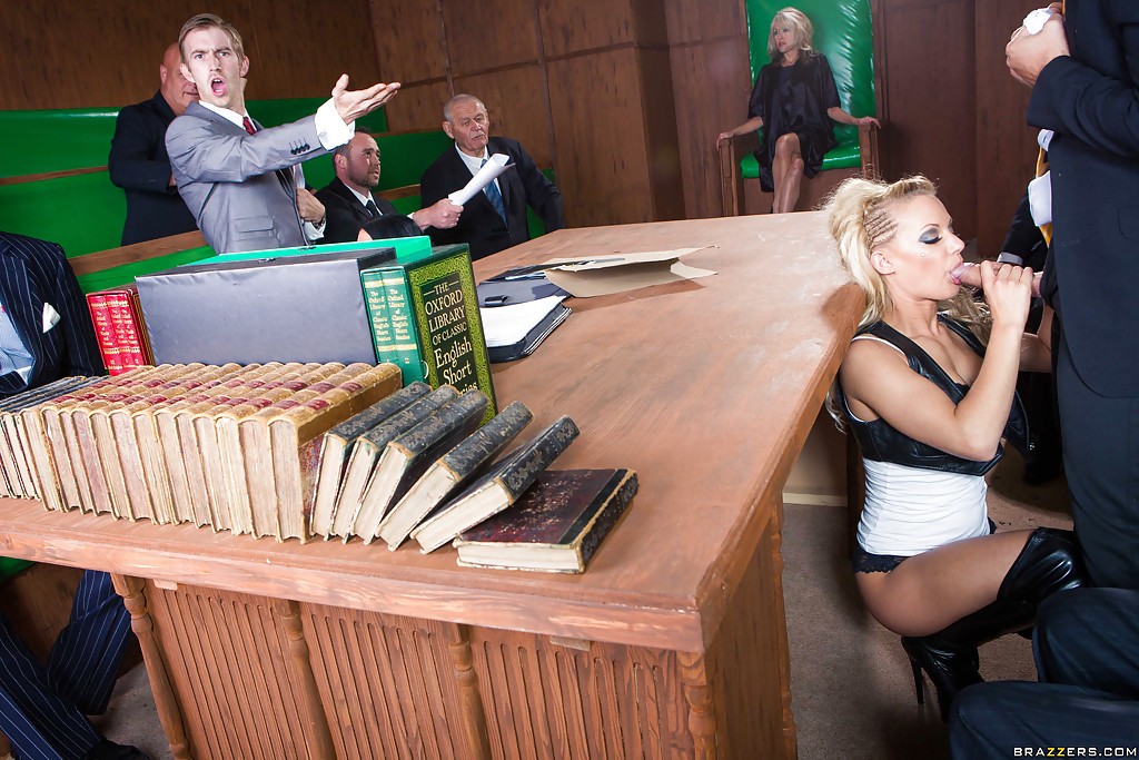 Брюнетка и блондинка ублажают чиновников минетом 7 фото