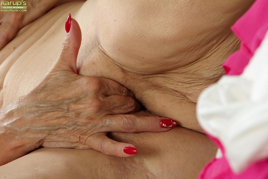 Бабуля оголяет обвислые сиськи и дрочит морщинистую манду 5 фото