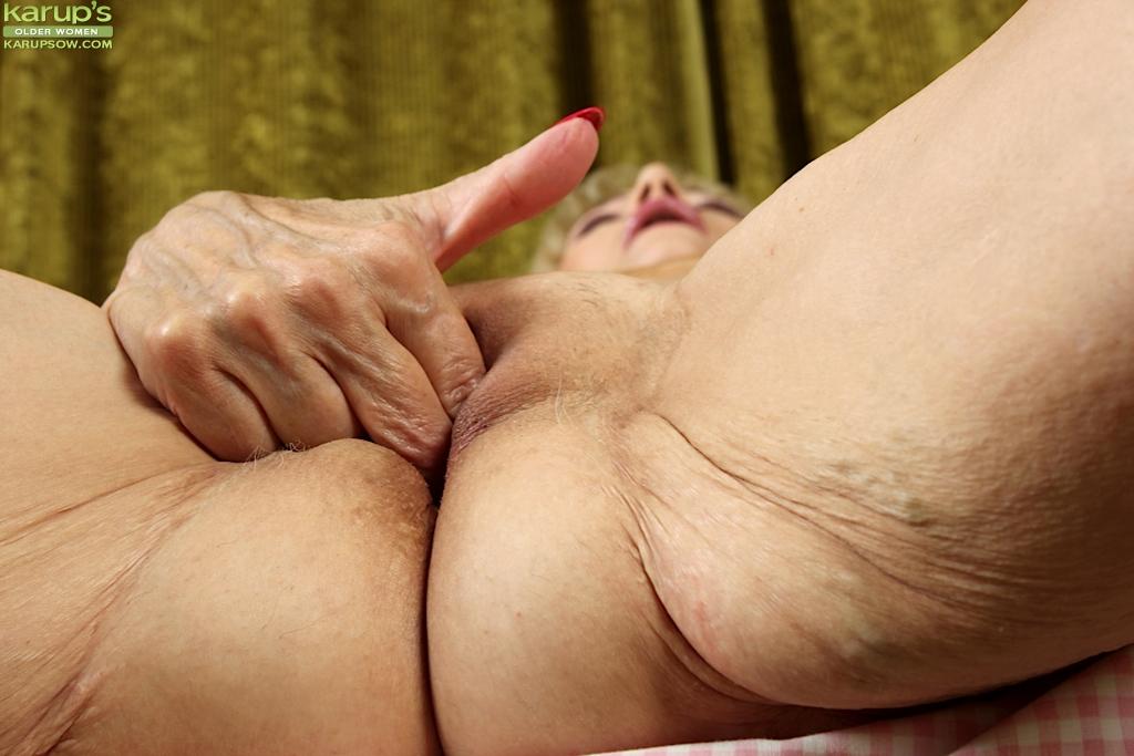 Бабуля оголяет обвислые сиськи и дрочит морщинистую манду 9 фото