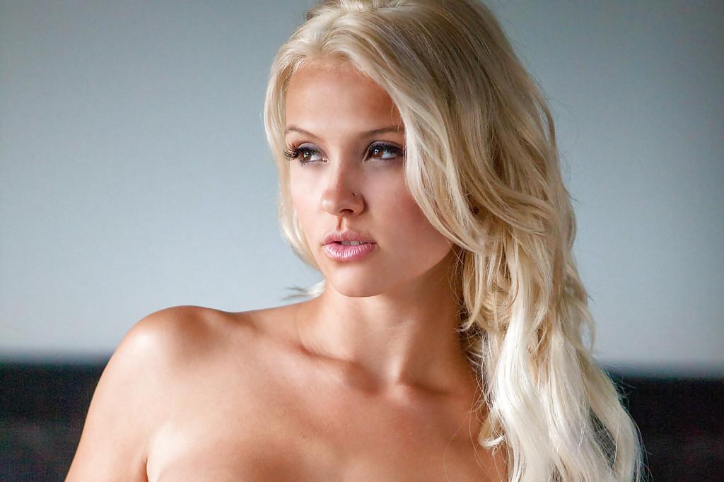 Гламурная блондинка Shantal Monique сняла розовое белье на камеру 16 фото