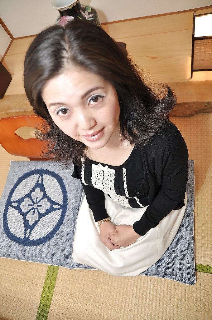 Зрелая азиатка с черными волосами раздевается на полу 2 фото