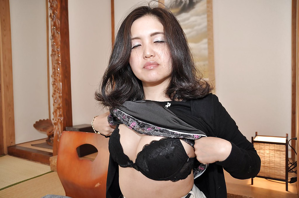 Зрелая азиатка с черными волосами раздевается на полу 3 фото
