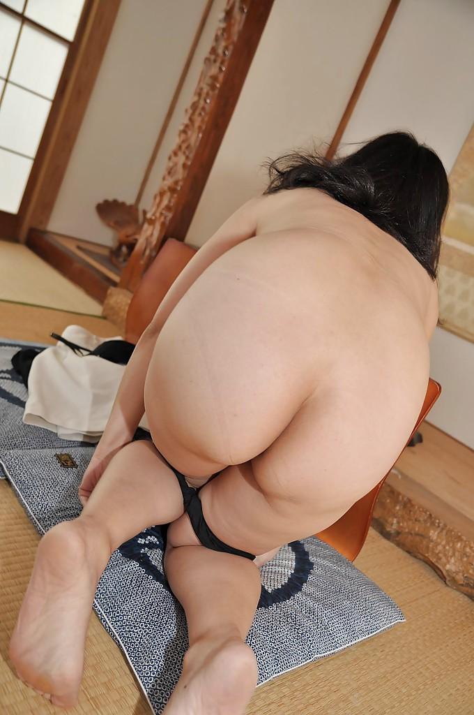 Зрелая азиатка с черными волосами раздевается на полу 12 фото