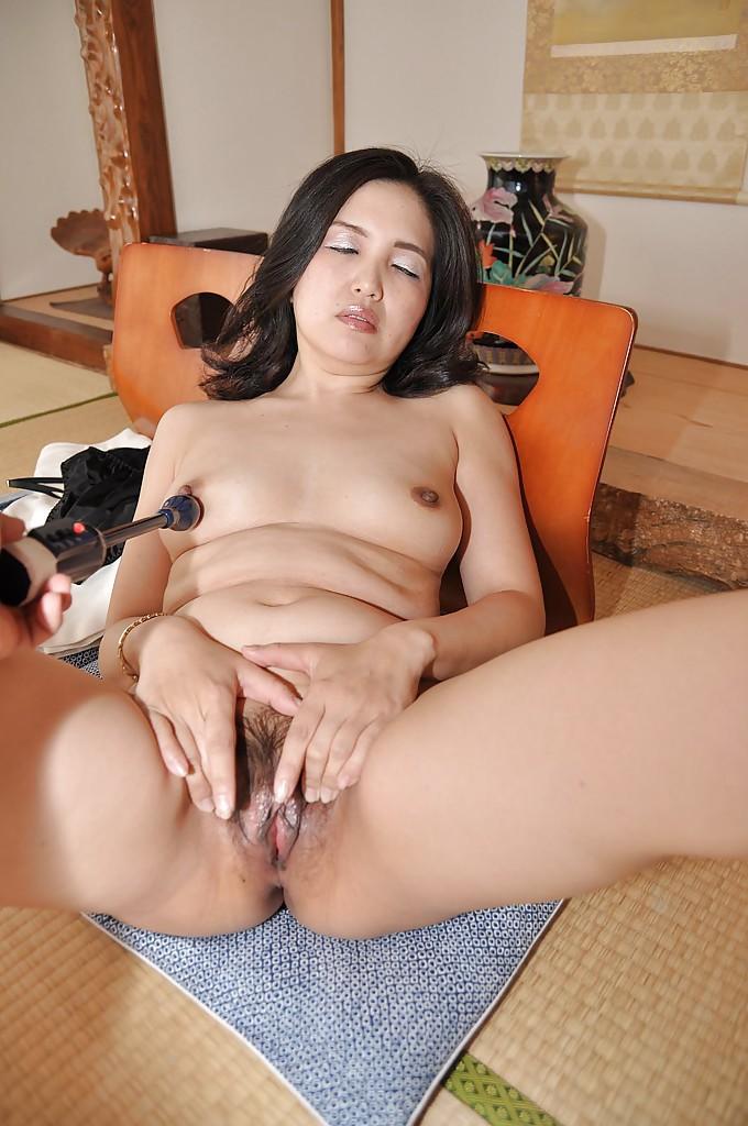 Зрелая азиатка с черными волосами раздевается на полу 15 фото