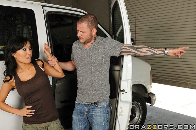 Горячая азиатка трахается раком с татуированным парнем возле фургона 12 фото