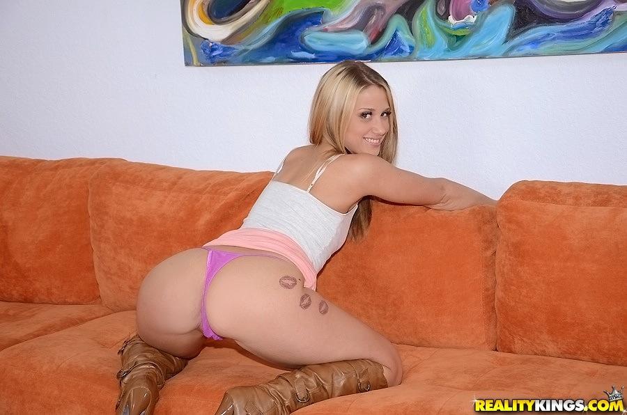 Блондинка раздевается и показывает дырки промежности крупным планом 7 фото