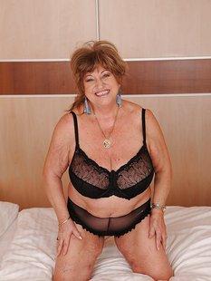 Толстая бабушка разделась на кровати и щупает большие дойки