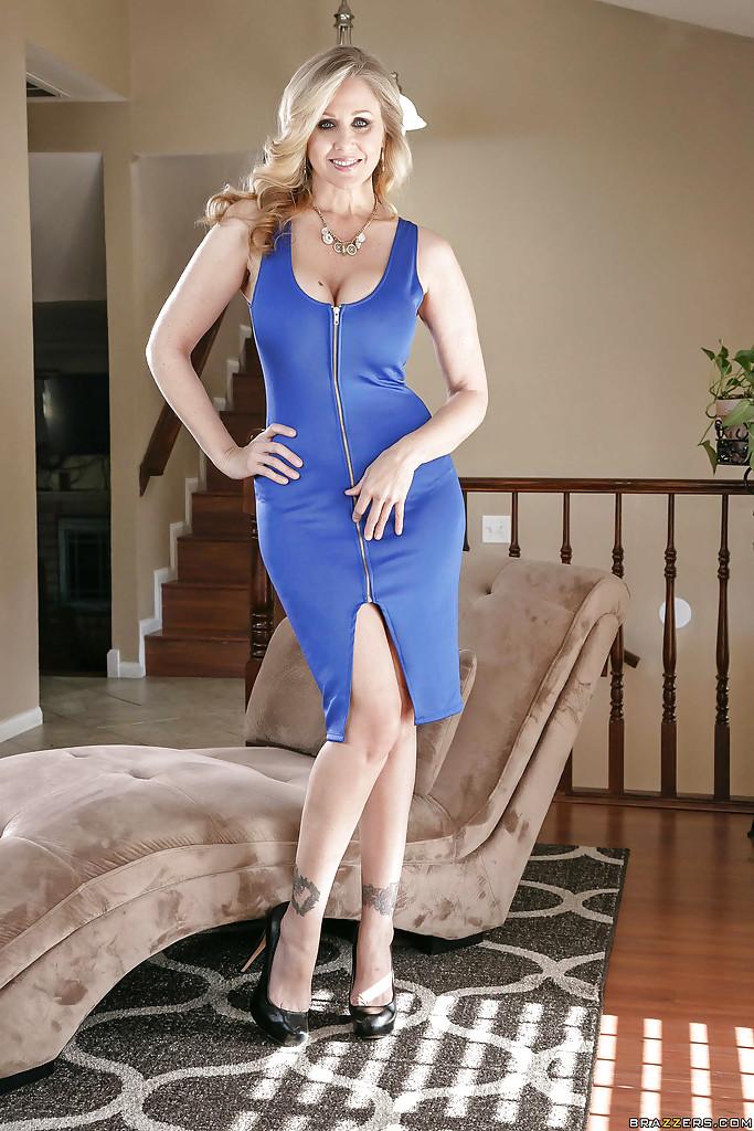 40летняя модель раздевается и демонстрирует силиконовую грудь 1 фото