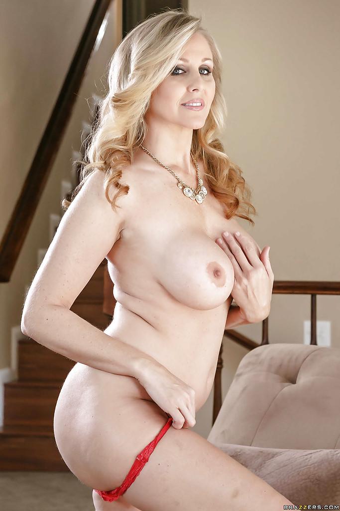 40летняя модель раздевается и демонстрирует силиконовую грудь 9 фото