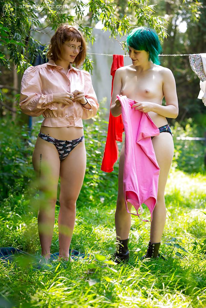 Две голые девки одевают на себя белье 9 фото