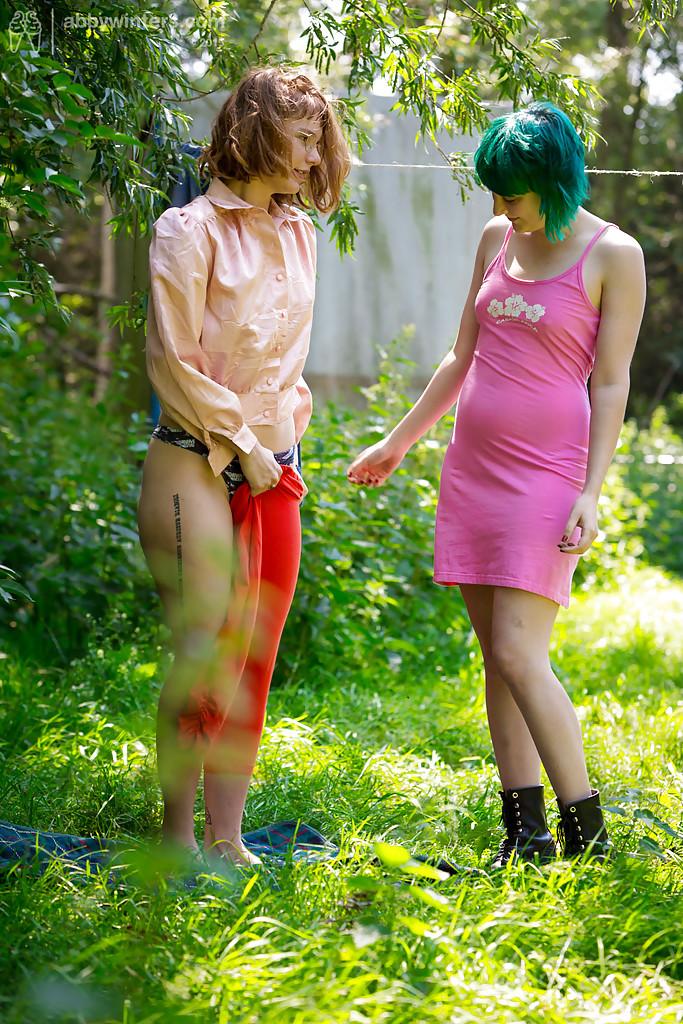 Две голые девки одевают на себя белье 14 фото