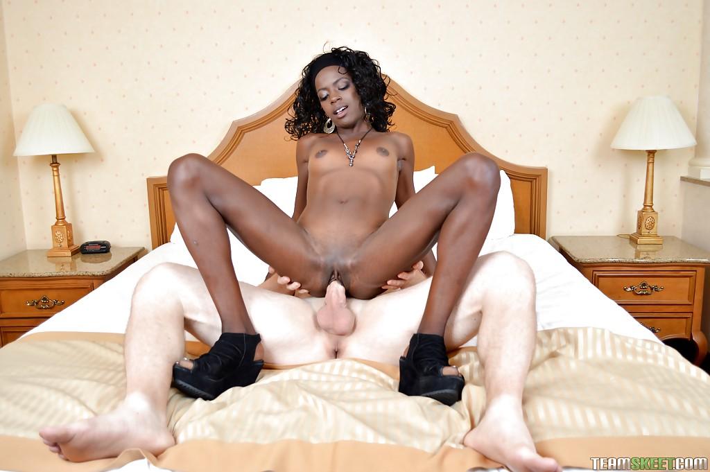 Негритянка трахается в отеле на кровати с белым парнем 12 фото