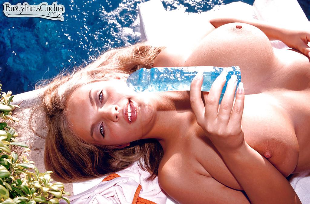 Телка с огромными сиськами без силикона дрочит мохнатку синим дилдаком 7 фото