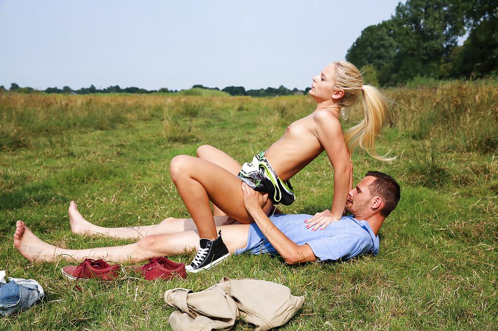 Парень трахает молодую блондинку раком на природе 10 фото