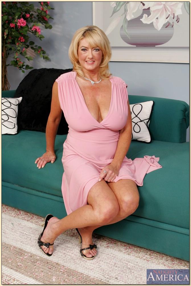 Зрелая блондинка с большими сиськами разделась на диване 2 фото