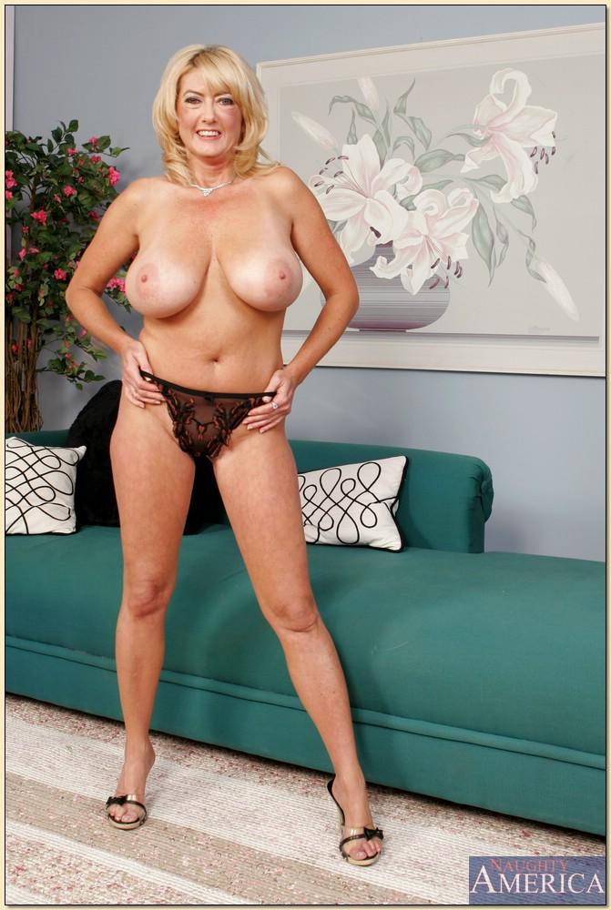 Зрелая блондинка с большими сиськами разделась на диване 7 фото