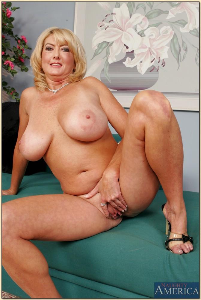 Зрелая блондинка с большими сиськами разделась на диване 14 фото