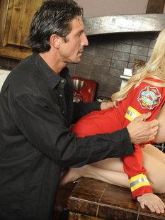 Грудастую блондинку после минета трахают в киску с интимной стрижкой