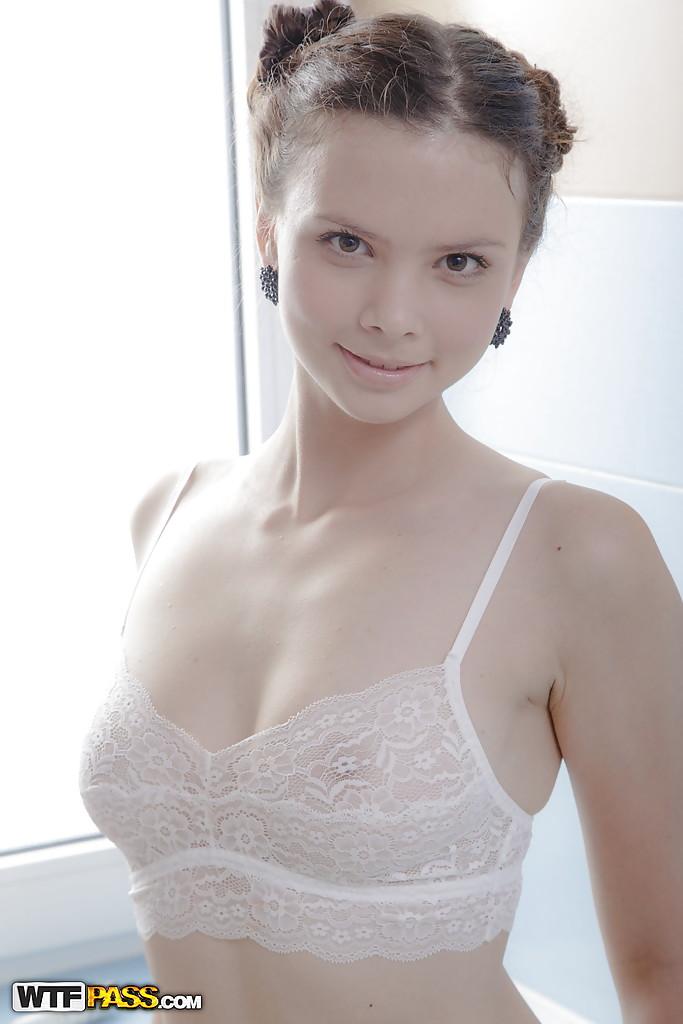 Красивая модель освобождает сиськи от бюстгальтера и щупает вульву 1 фото