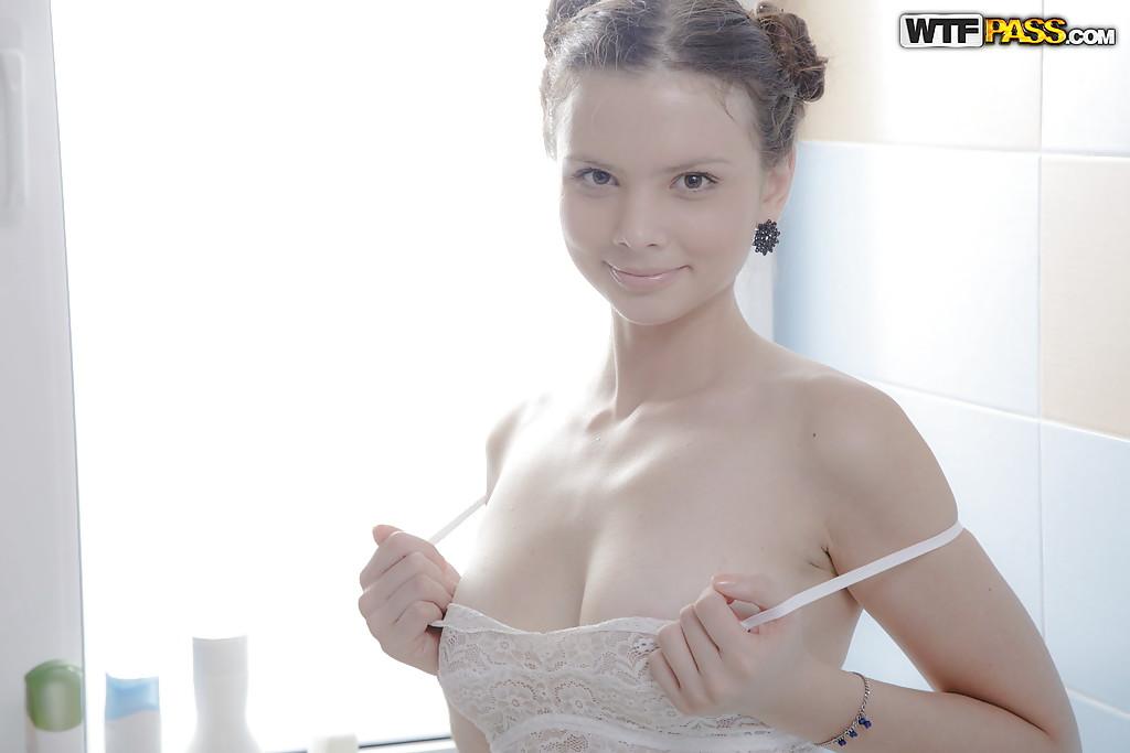 Красивая модель освобождает сиськи от бюстгальтера и щупает вульву 2 фото