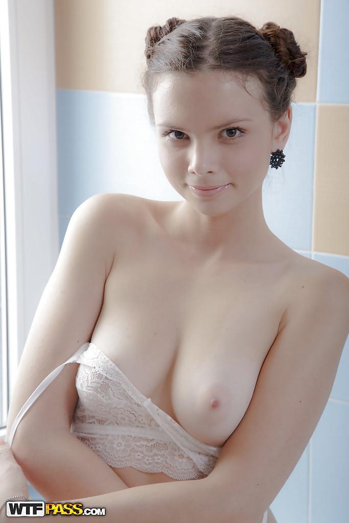 Красивая модель освобождает сиськи от бюстгальтера и щупает вульву 4 фото