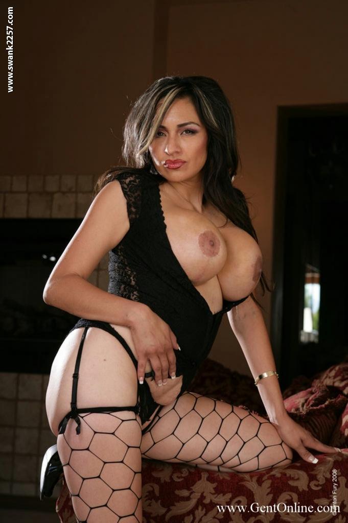 Латинка Chica Caramelo оголила огромные сиськи и киску на ковре 9 фото