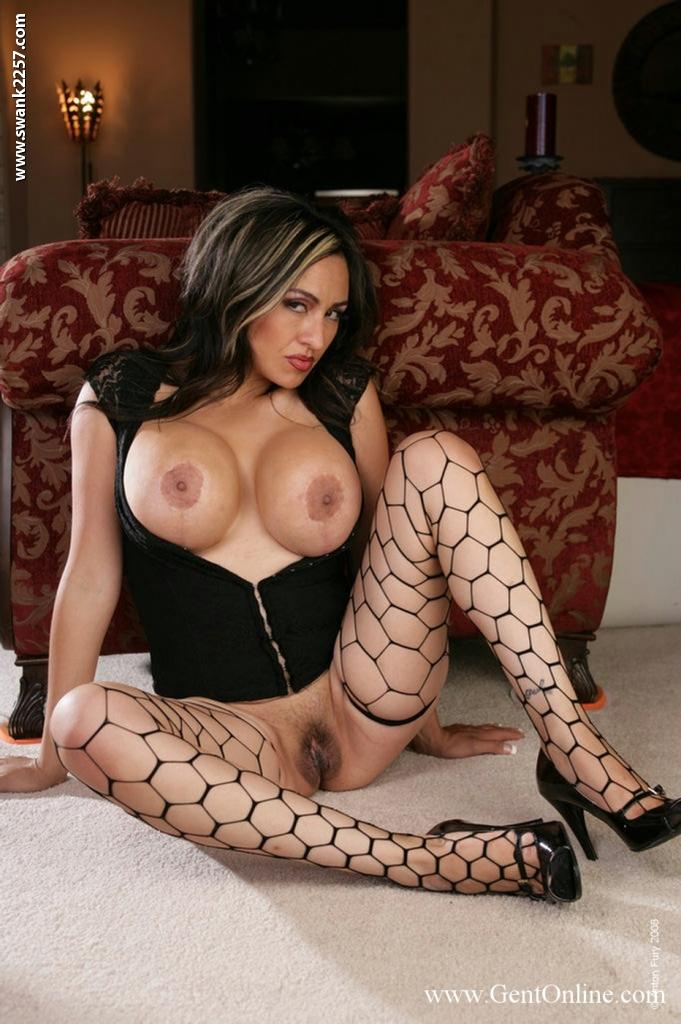 Латинка Chica Caramelo оголила огромные сиськи и киску на ковре 12 фото