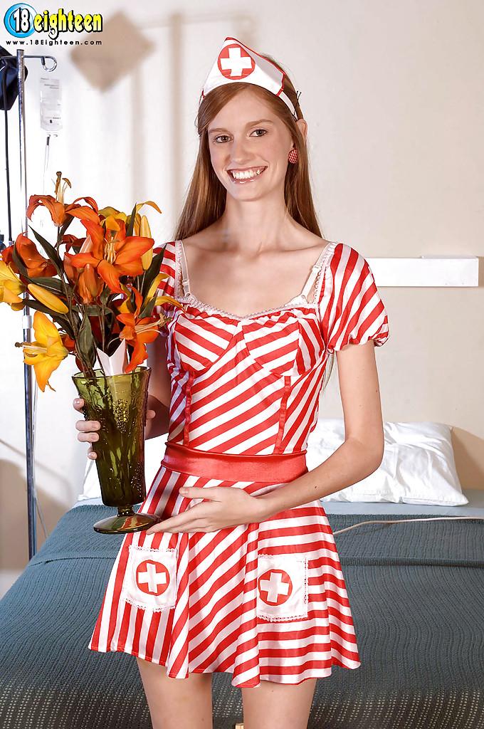 18летняя медсестра с рыжими волосами разделась в больничной палате 1 фото