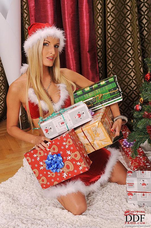 Горячие лесбиянки развлекаются возле ёлки с подарками 1 фото