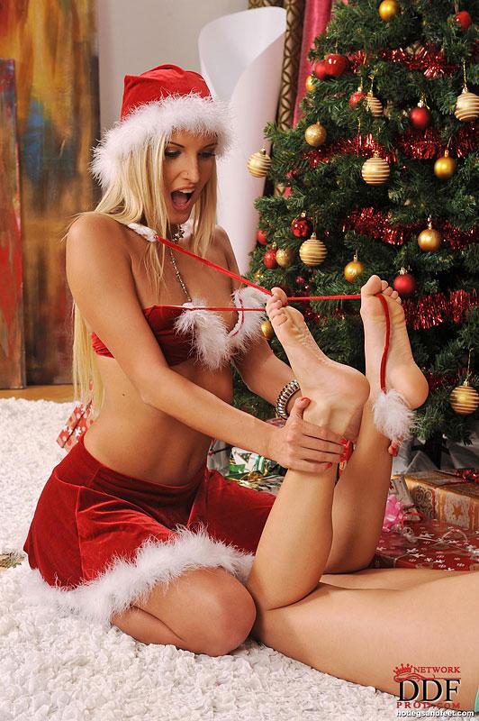 Горячие лесбиянки развлекаются возле ёлки с подарками 2 фото